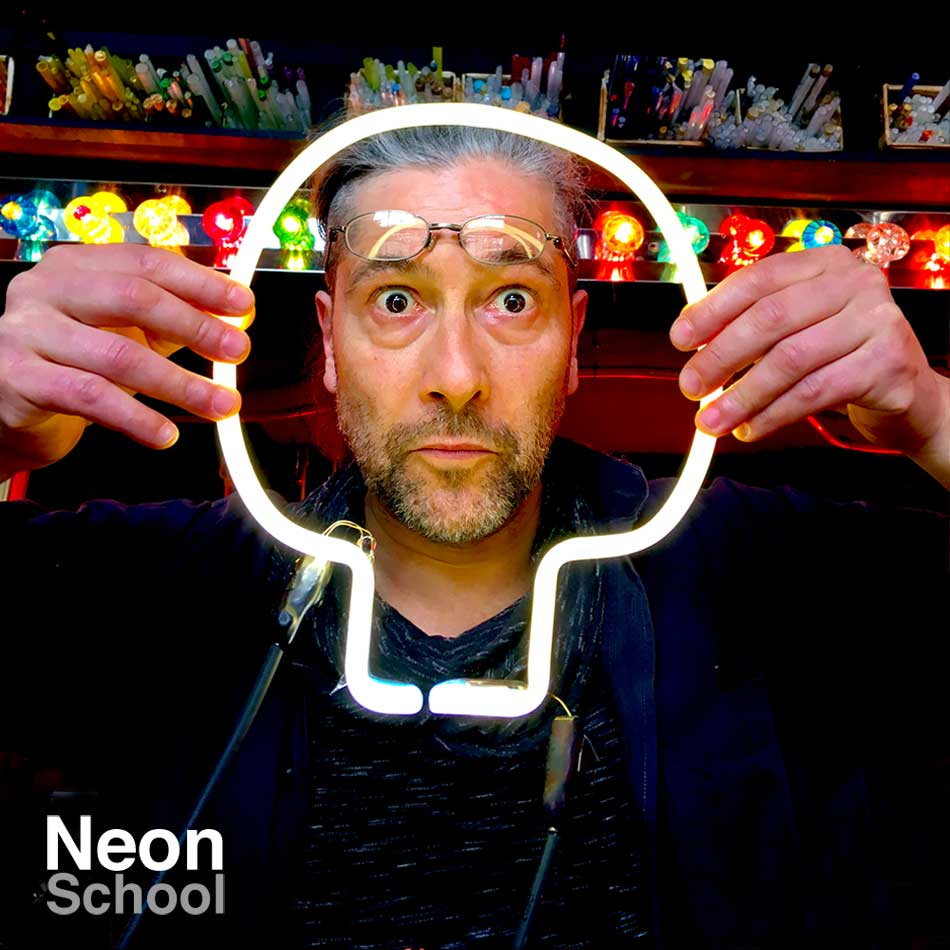 Papé, Neon Student